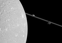 Foto af Dione og Saturns ringe fra sidste passage